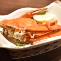 *【夕食一例】色鮮やかなカニ。食べやすいように切れ込みを入れてお出ししています。