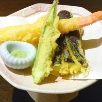 *【夕食一例】サクサクの天ぷらは抹茶塩でお召し上がり下さい。