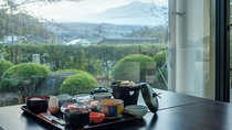 *【朝食一例】朝の澄んだ空気に包まれた鳥海山を見ながら、優雅な朝食タイムを。