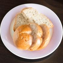 *【朝食一例】セルフサービスでパンもご用意しております。