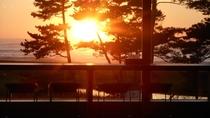 *ラウンジから見える美しい夕日を、ゆっくりと眺める至福のひと時を。