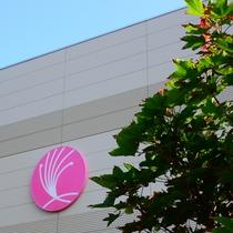*【外観】ねむの花をモチーフにしたピンクのマークが目印。