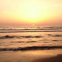 *水平線に沈む夕日と雄大な日本海の絶景に、時間を忘れて過ごす旅へ。