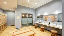 *【1階脱衣所】明るく整えられた脱衣所は、ひと休みできる大き目の椅子もご用意しております。