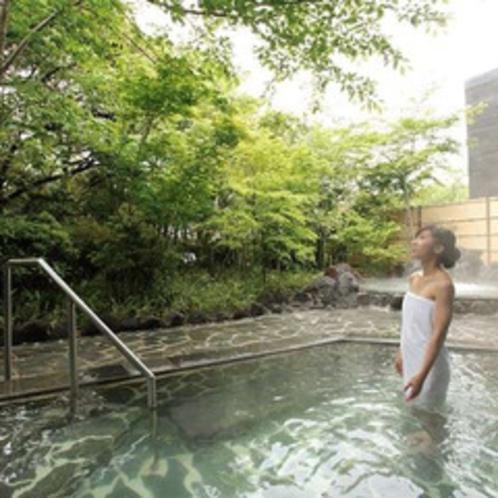 桜島の溶岩を使った『霧乃溶岩露天風呂』※霧島観光ホテルとの共同利用となります。