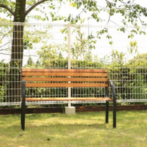 【ドッグラン】ほっと休めるベンチも完備しています。