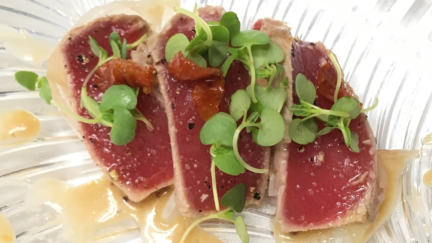 *【料理一例】本マグロ中トロマリネ 新玉ねぎのアグロドルチェ