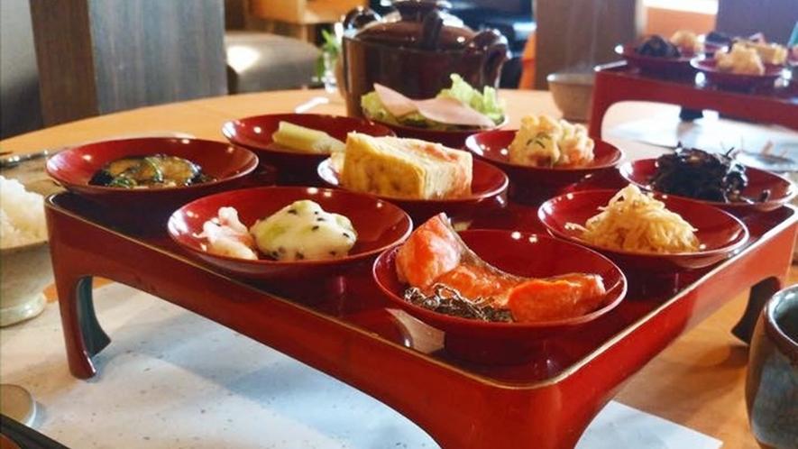 *【朝食一例】朱塗りのお膳に盛りつけられた目でも楽しめる和定食