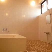 【貸切風呂】4~5名様用のお風呂。グループ単位でご入浴ください