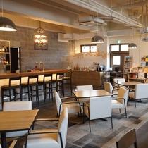 【カフェ&バー】お昼はカフェ、18時30分~はバーとしてご利用いただけます。