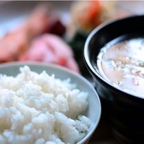 自家製味噌や大女将の畑の野菜を多く使った朝食。