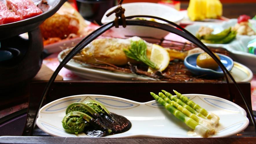 春は山菜料理が充実!山菜の宿ならではの多種山菜料理を楽しめます