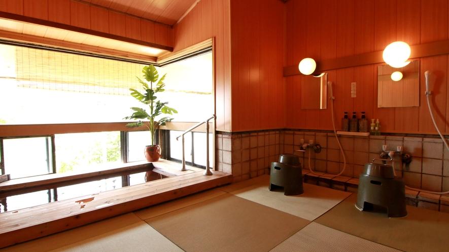 少し小さめの浴槽ですが、24時間入浴OKでゆっくりとお過ごし頂けます。洗い場は足に優しい畳敷きタイプ