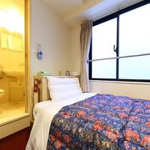 ミニシングル(8㎡、定員:1名様)ベッドと折り畳みデスクだけの大変狭いお部屋です。