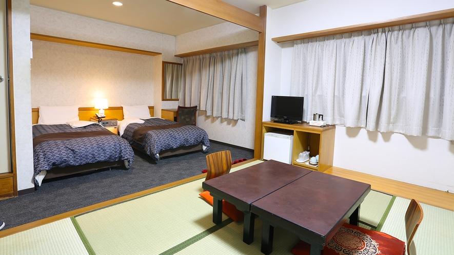和洋室。ベッドが2つと和室6畳の和室が融合した和洋室。