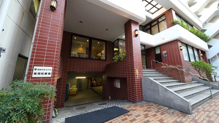 駐車場入り口(お車:1000円/泊、オートバイ:600円/泊)※7台のみ、高さ2.2M