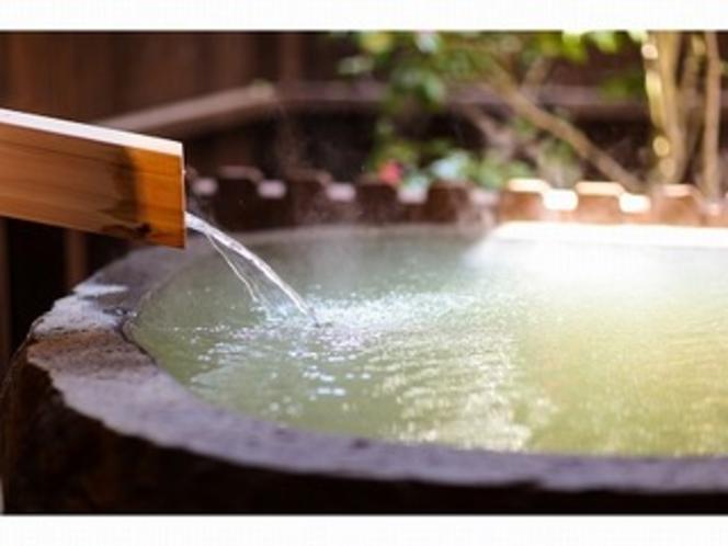 客室露天風呂湯口。