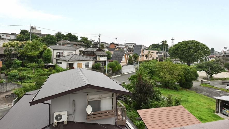 *【ツインルーム】窓からは自然に囲まれた山鹿の住宅街が見えます。