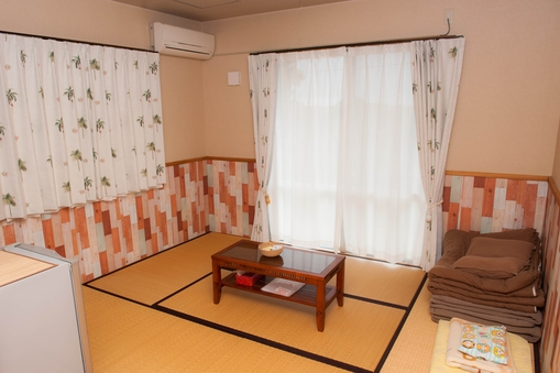 和室(角部屋)9.2畳、バス、トイレ、冷蔵庫、エアコン付き