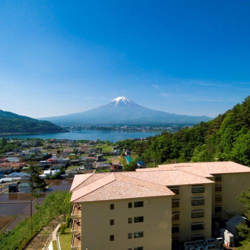【外観】高台に佇むラビスタ富士河口湖と富士山。