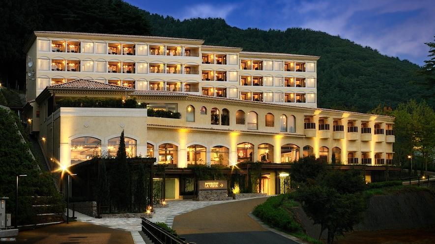 【外観】ホテル全景(夜)