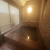 貸切風呂【レンガ】大きな浴槽に満タンの天然温泉で癒されてください♪