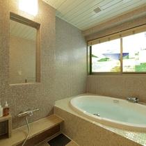 北側に位置する客室風呂にはステンドグラスがはめ込まれており、他の部屋にはない特別感を演出。