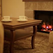 ◆電子暖炉◆まさに本物そっくり。実は電子暖炉なんです。 静かな夜のお共にホログラムをお愉しみください