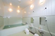 【 浴室 】 宿泊棟1F ・ シャワー3つ ・ 利用時間17:00~23:30 ※朝はシャワーのみ