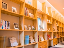 書籍がたっぷりと。いりやどアネックス「学びの廊下」