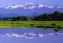 田園風景に広がる栗駒山
