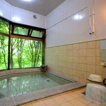 【男湯】大きなガラス窓から光の差し込む明るい空間です。≪貸切もOKのお風呂≫