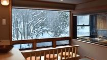 冬の川側客室