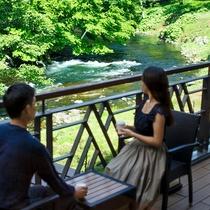 ご到着後、川を眺めながらのコーヒータイム。
