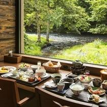 カウンター席で原生森を眺めながらの朝食