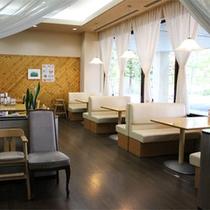 *レストラン白樺/明るい陽の差し込むレストラン。朝食バイキングはこちらにご用意します。