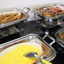 *朝食バイキング/スクランブルエッグ、ウィンナー、ベーコン☆定番メニューもしっかりございます。