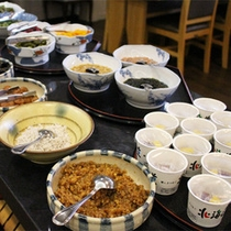 *朝食バイキング/お漬物や佃煮など、ちょっとずつ選ぶのが楽しくなる和食メニュー。
