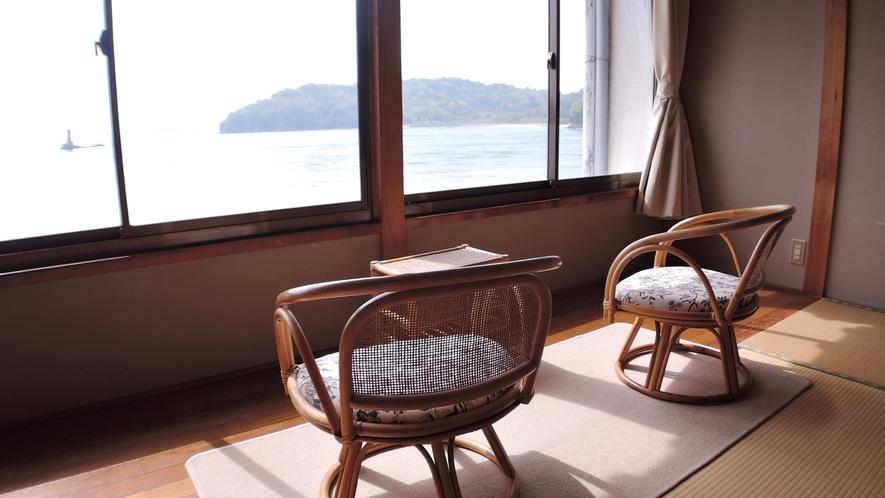 *お部屋からは渦を巻く潮流、船の行き交う様子が眺められます