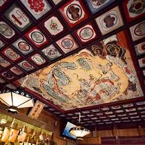 *【城上神社】色彩豊かな絵が龍のまわりにもたくさん描かれています。