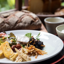 *【ご朝食】和食をベースにした主人お任せ料理の一例でございます。