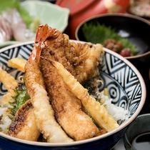 *【ご夕食】カラッと揚げて、外はサクサク、中はふわっとした『穴子天丼』の食感をお愉しみ下さい。