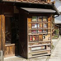 【石見銀山の街並み】古き良き街並みが今も残る「銀のまち」は自販機も景観になじんだ風情あるつくり。