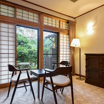*【デラックスツイン】角部屋なので、お部屋から中庭を眺めることができます。