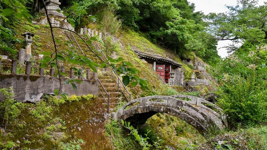 *【五百羅漢】反り橋。当時のまま残されています