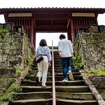 *【観世音寺】石段を登った先に見える朱色の山門も見所です!