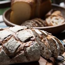 *【ご朝食】近隣のベーカリー『ベッカライ・コンディトライ・ヒダカ』の本格的なドイツパンをご用意。