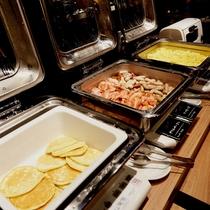 よつ葉バターミルクパンケーキ、グリルベーコン&ソーセージ、スクランブルエッグ