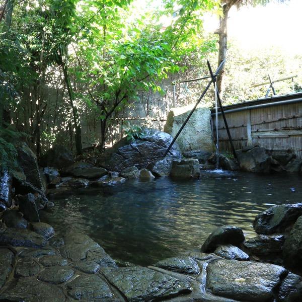 露天風呂-山鹿ならではの湯量の豊富さと柔らかな肌触りの温泉をお楽しみ下さい。