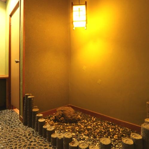 【旧館和室10畳 廊下】廊下の一角に砂砂利を敷き、庭園風に。